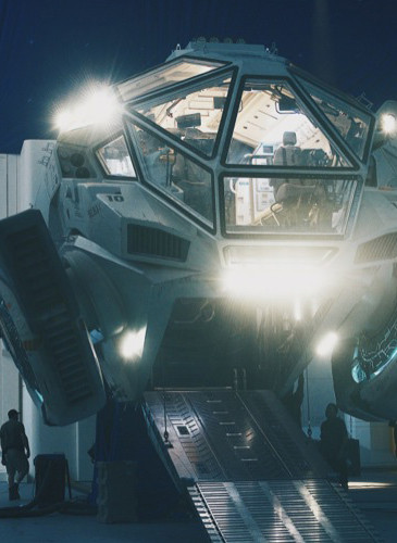 independence-day-resurgence-The_Moon_Tug_on_the_set_of_INDEPENDENCE_DAY_RESURGENCE_2web